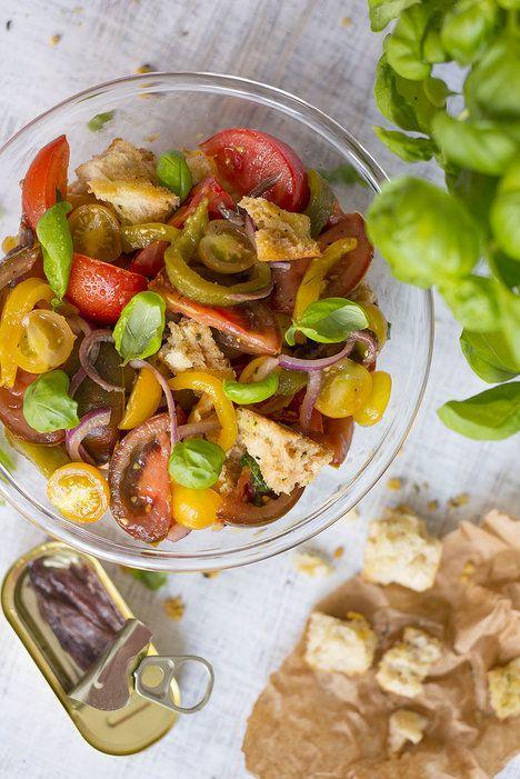 Populární toskánský salát kombinuje letní zeleninu s křupavým chlebem, který…