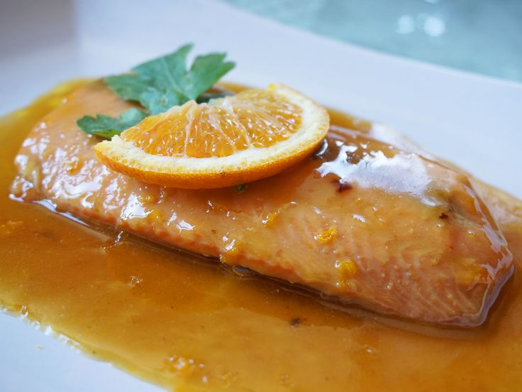 Oggi vi propongo un secondo piatto a base di pesce, il mio salmone glassato al miele e senape. Buonissimo e con un sapore unico.