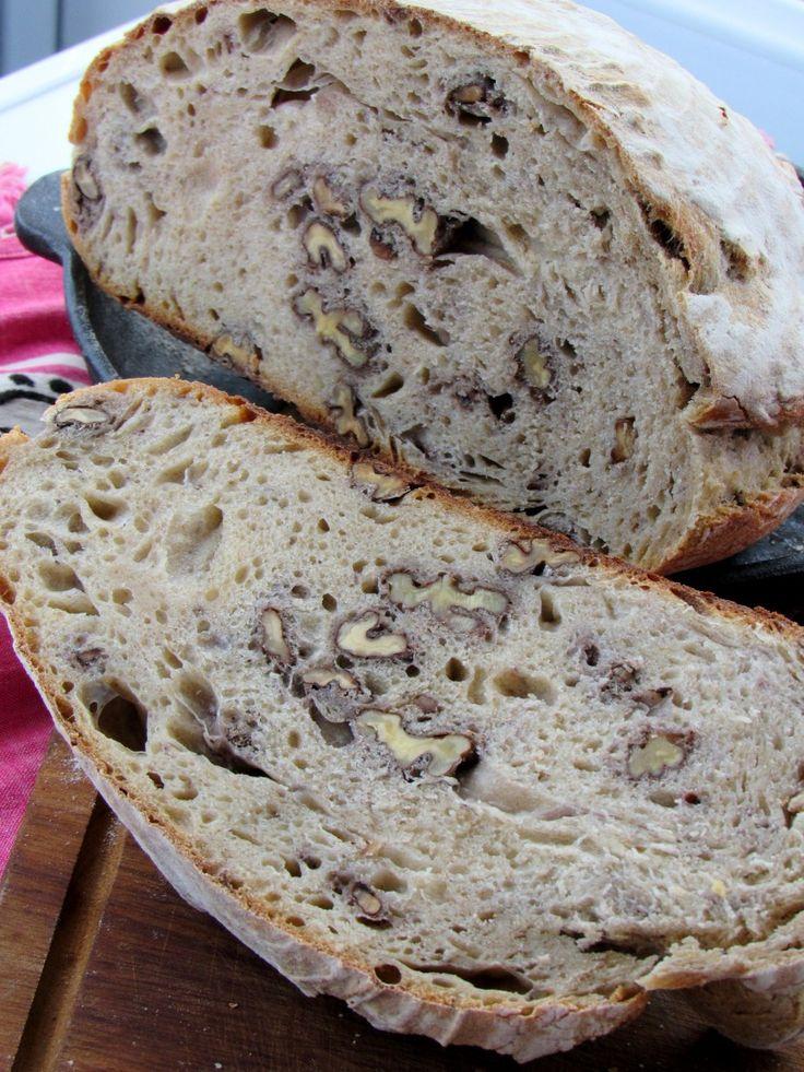 Ekşi maya ve cevizle güzel bir ev ekmeği. Bu kadar kısa anlattığıma bakmayın, tadanlar bayıldı!