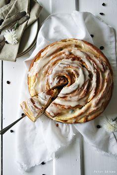 Riesen-Zimtschnecke mit Apfel-Rosinen-Füllung und Amaretto-Glasur
