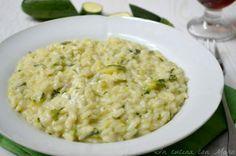 Il risotto cremoso alle zucchine è molto semplice da preparare e sarà di sicuro successo fra i vostri commensali perché reso goloso dal formaggio fresco.