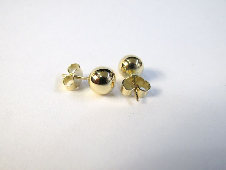 Sencillos y clásicos topos en oro amarillo de 18k  Joyas Marcel Durán Joyeros, Bogotá.  R558 #duranjoyerosbogota #hermosasjoyas #aretes #zarcillos #joyas #oro #piedraspreciosas #joyeria #hechoamano #compracolombiano #gold #handmade #jewellry