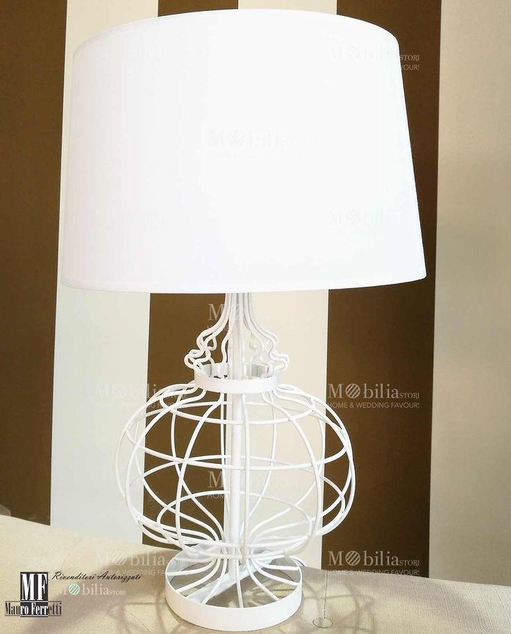 Lampada Design Grande da Tavolo con struttura in metallo bianco e paralume in tessuto dallo stile unico ed esclusivo. Scopri le eccezionali e nuove promozioni su MobilaStore