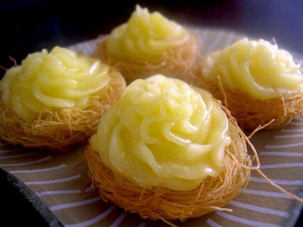 Voici une version orientale et originale de la tarte aux citrons avec de la pâte à kadaïf en guise de fond de tarte. Ingrédients : 200g de kadaïf 25 g de beurre fondu Pour la crème aux citrons 1 citron 1 œuf 50 g de sucre 40 g de beurre 1 cuillère à soupe...