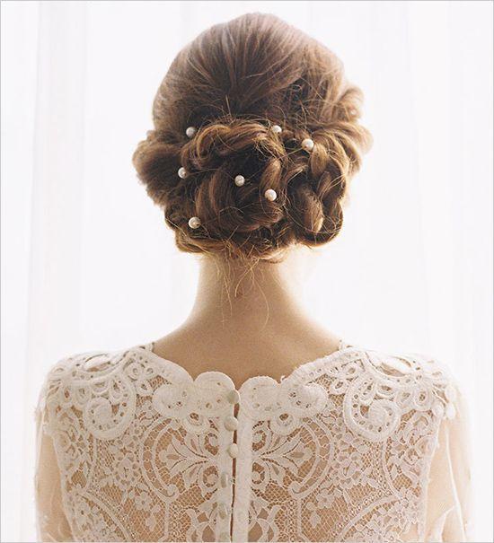 ランダムに散りばめたパールがかわいい♡Aライン・プリンセスドレスに似合うシニヨンの髪型参考♡
