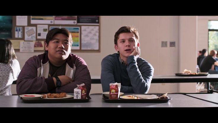 Só na versão norte-americana do trailer, Peter Parker aparece em algumas cenas na escola, com seu amigo Ned (Jacob Batalon), que conhece sua identidade secreta. A estrela da Disney Zendaya também faz sua primeira aparição como Michelle, destilando comentários ácidos enquanto Peter e Ned admiran a popular Liz Allan (Laura Harrier)