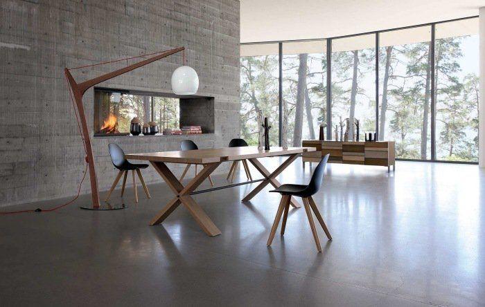 table eb bois massif à pieds croisés Oxymore, Roche Bobois