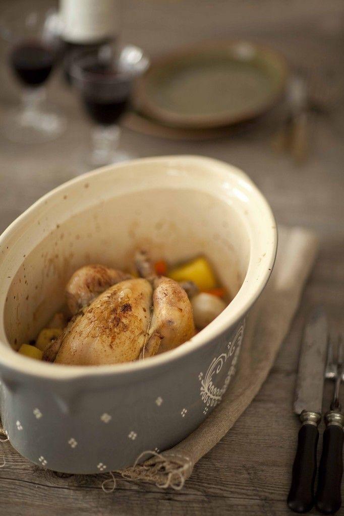 Poulet en cocotte La cuisson en cocotte permet de garder tout le jus en chair, de laisser les bancs moelleux, de cuire à l'étouffé dans le jus de la volaille, les légumes d'accompagnement. Cette recette est légère, particulièrement facile et permet d'être préparée en avance car elle cuit 1h40.  © Anne Demay-Reverdy © Panier de Saison