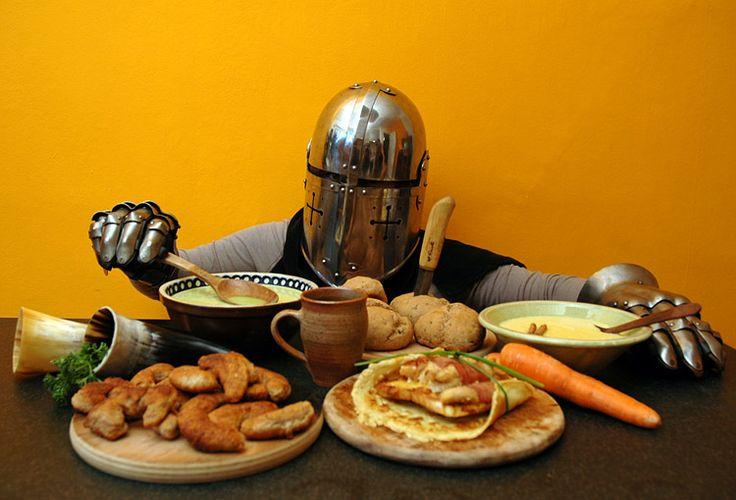 Heute wird gespeist wie bei den Rittern! Denn auch edle Burgfräulein und strahlende Ritter mussten mal was essen. Lasst euch Fladenbrot, Arme Ritter, die lombardische Suppe, Mandelmilch und Löwenzahntee schmecken! #geolino #kochen #rezept #ritter #rustikal #mittelalter