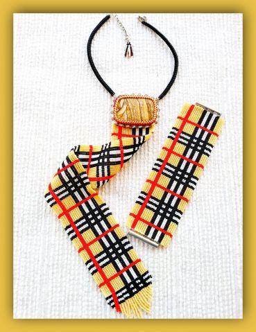 Галстук и браслет в стиле берберри.