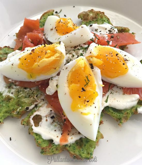 Pullantuoksuinen koti: Terveelliset Pinaattivohvelit - Healty Spinach Waffles with cold smoked salmon and boiled eggs. High protein, low carb, gluten free