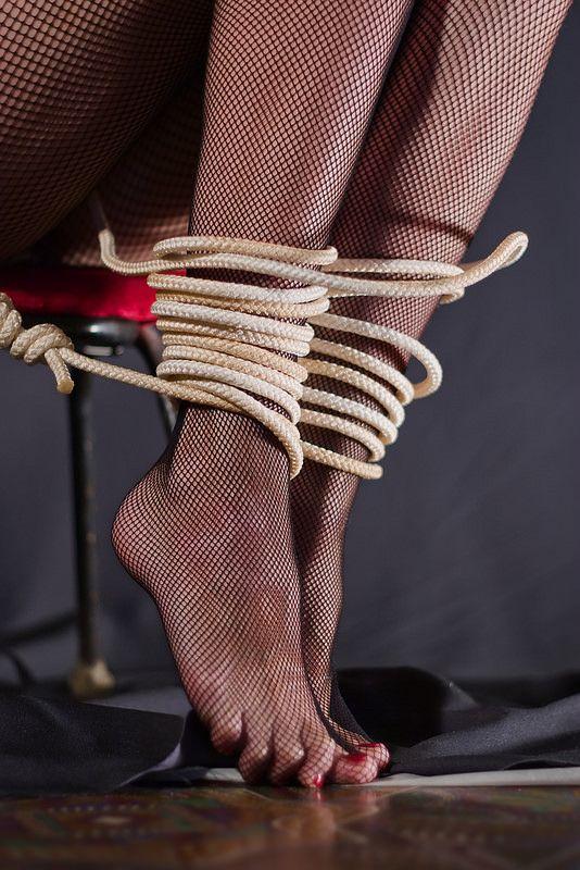завязали женщине ножки - 8