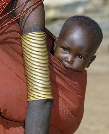 Il buongiorno di oggi è racchiuso nel viso di un tenero bimbo Samburu, una popolazione diffusa nel Kenya centrosettentrionale.