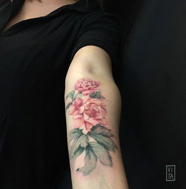 #gilbertavita #gilbertavitatattoo #vita #vitatattoo #tattoocolor #tattoo #tattooidea #tatuaggio #peonia #peoniatattoo #peony #peonytattoo #pivoine #pivoinetattoo #watercolor #watercolortattoo #fiori #fioritattoo #tattooavambraccio #puro #purotattoostudio #milano #milan