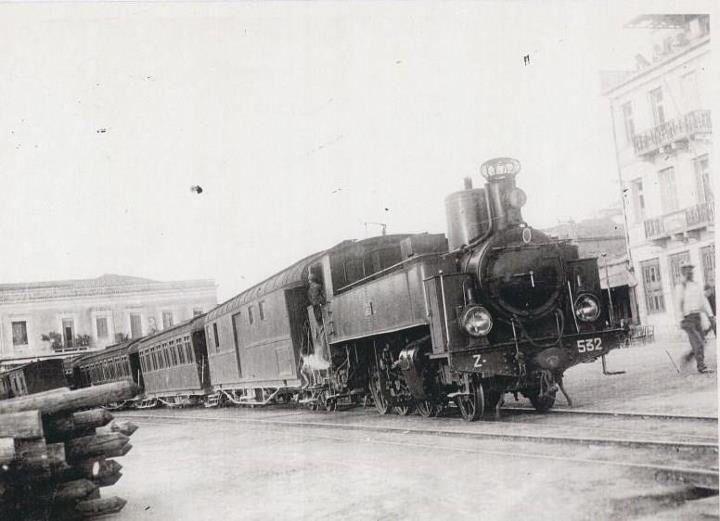 Ο Κωλοσούρτης!!!Το θρυλικό τρένο Πύργου-Κατακόλου(πίσω διακρίνεται το Μανωλοπούλειο Γ.Ν.Πύργου).