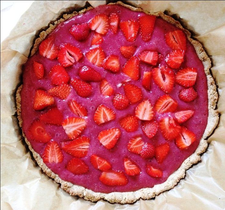 Wegańska tarta z truskawkami i czerwonymi winogronami, bez cukru i bez glutenu, możliwa do przygotowania w wersji bez pieczenia. Idealna na lato.