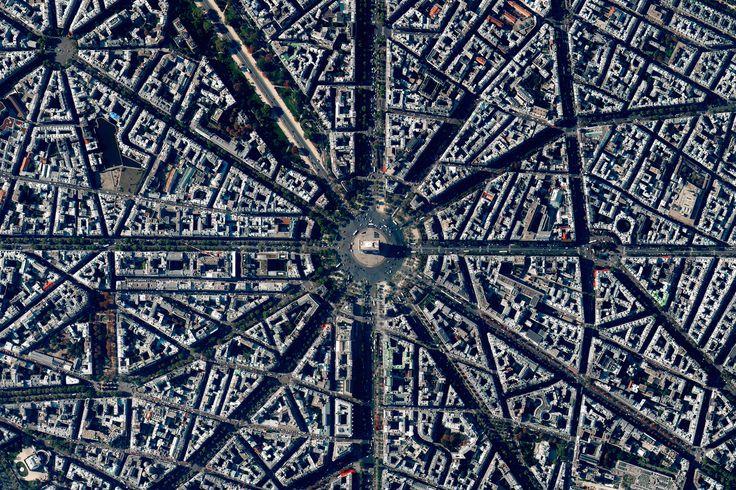 Civilização em perspectiva: O mundo visto de cima,Paris, France. Image Courtesy of Daily Overview. © Satellite images 2016, DigitalGlobe, Inc