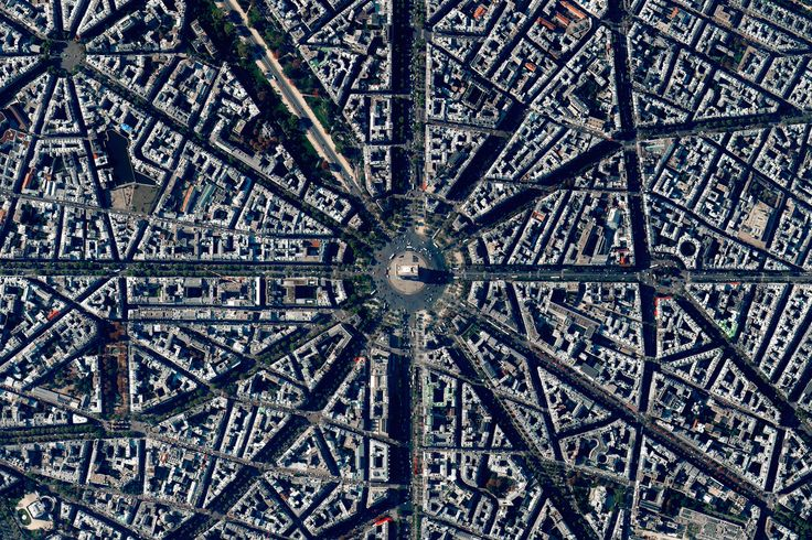 Civilização em perspectiva: O mundo visto de cima,Paris, France. Image Courtesy of Daily Overview. © Satellite images 2016, DigitalGlobe, Inc