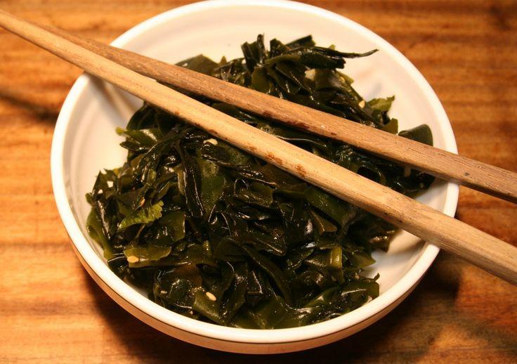 Heute gibt es japanischen Wakame Algensalat.Dieser Salat ist sehr lecker als Snack zwischendurch oder zu asiatischen Gerichten.