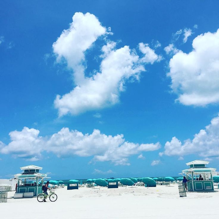 Never time to lay in the #sun when in #miami but luckily at least one walk near by #miamibeach #southbeach #florida #beach #blue #sky #cloud #worktravel #business #workbitch #tb