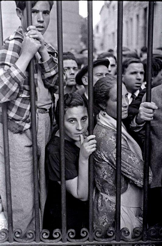 Gerda Taro: Crowd at the gate of the morgue after the air raid, Valencia, May 1937