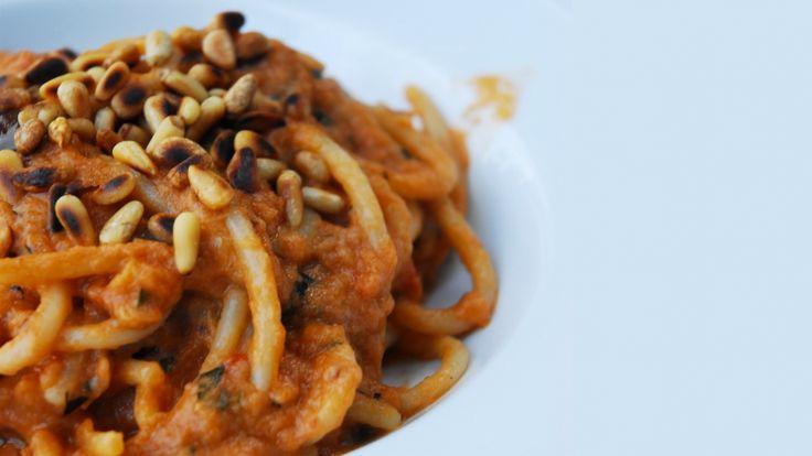 Spaghettis à la sauce aux aubergines frites et tomates