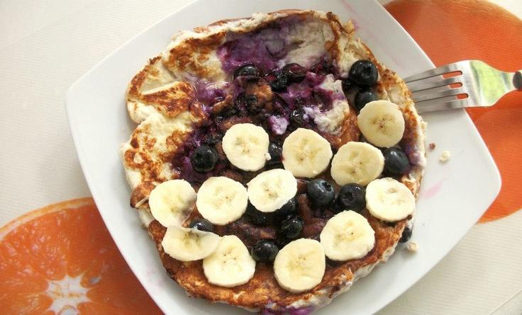 καλημέρα! πρωινό: pancake με ασπράδια, cottage, βρώμη, κανέλα, βανίλια, υποκατάστατο ζάχαρης και blueberries. Aπό πάνω λίγο μέλι, φέτες μπανάνας και λίγα ακόμα blueberries