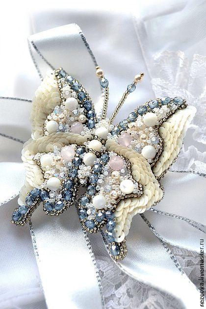 Брошь - бабочка `DaneEiris`. Нежная, роскошная брошь - бабочка 'DaneEiris' в ручной вышивке с слегка изогнутыми крыльями.    Здесь перламутр, нефрит, чешские кристаллы, чешский бисер и Тоxо бисер, пайетки.