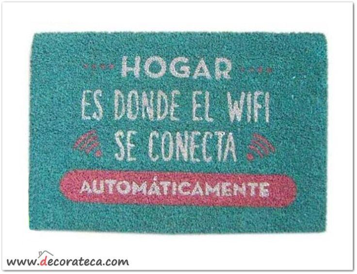 """Felpudo Wifi azul con frase """"Hogar es donde el wifi se conecta automáticamente"""". Decoración con frases y mensajes positivos. Felpudos originales - WWW.DECORATECA.COM"""