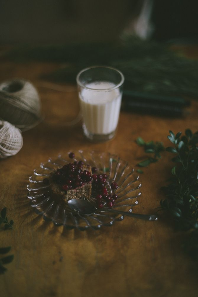 Om en vecka är det redan första advent. För att få fart på julkänslorna kommer här ett enkelt recept på en saftig mjuk pepparkaka med lingon. Mjuk pepparkaka med lingon 25-30 minuter, 175 grader 3 ekologiska ägg 2 1/2 dl strösocker 1 tsk vaniljsocker 50 g smör 3 1/2 dl vetemjöl 2 tsk bakpulver 1 …