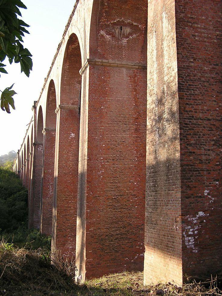 Viaducto el Saladillo - Tucumán - Argentina - Realizado totalmente en ladrillos, al igual que el túnel de 201 m de longitud. Actualmente se conserva la entrada sur que permite tener una clara idea de su sección abovedada de 5 m de altura por 3.9 m de ancho. Fue inaugurado en 1892. se eleva a 30 m de altura y 308 m de longitud. En 1922 comienza a ceder el cabezal norte por utilizarse locomotoras más modernas y de mayor peso.
