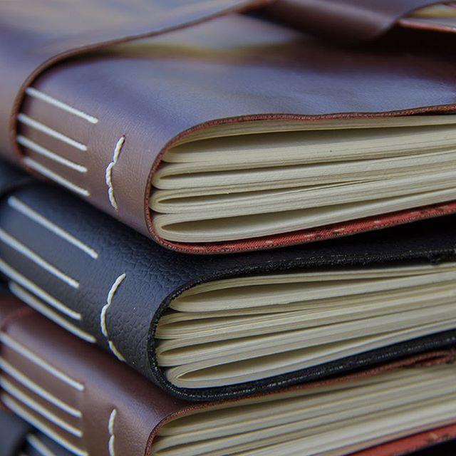 Novos cadernos com capa flexível entrando para o estoque em 3,2,1... #bookbinding #veganleather #makersmovement #encadernação #stationery #leatherbook #sketchbook