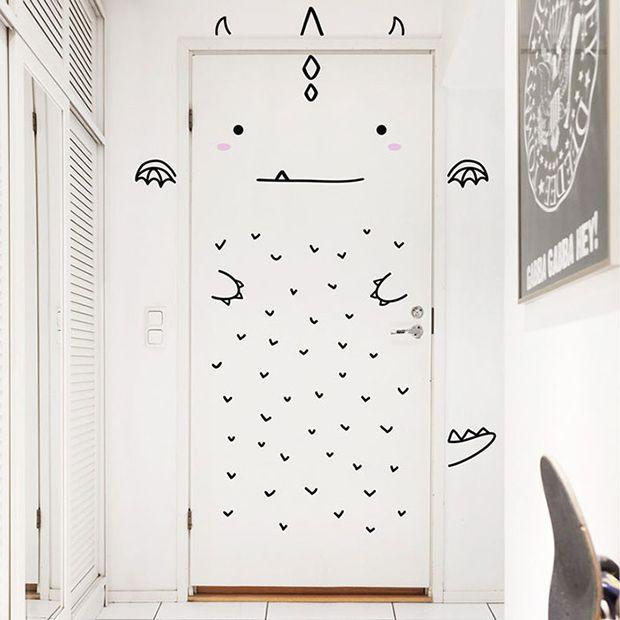 Porta divertida com adesivos da Made of Sundays;