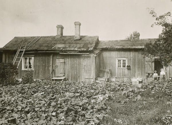 Yllä  mm nykyiset leipomon ja postin rakennukset, alla nykyistä kivipainon pihaa. Kuvat Turun museokeskus, Hjalmar Renvall 1912.