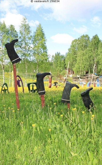 Nokian kurssilasku - taide ite ite-taide kumisaapas pelto pörssi ylös alas kesä ruoho heilahtelu pörssikurssi kurssit kurssikehitys markkinat talous kumisaappaat jalkine huumori Nokia kurssi vaihtelu osake kansantaide tilataide