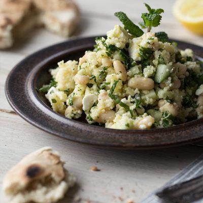 Ofenkartoffeln im Mini-Format:Gefüllt mit Couscous und knackigem Rotkohl. Oben drauf gibt's ein Topping aus griechischem Joghurt und schwarzen Oliven.