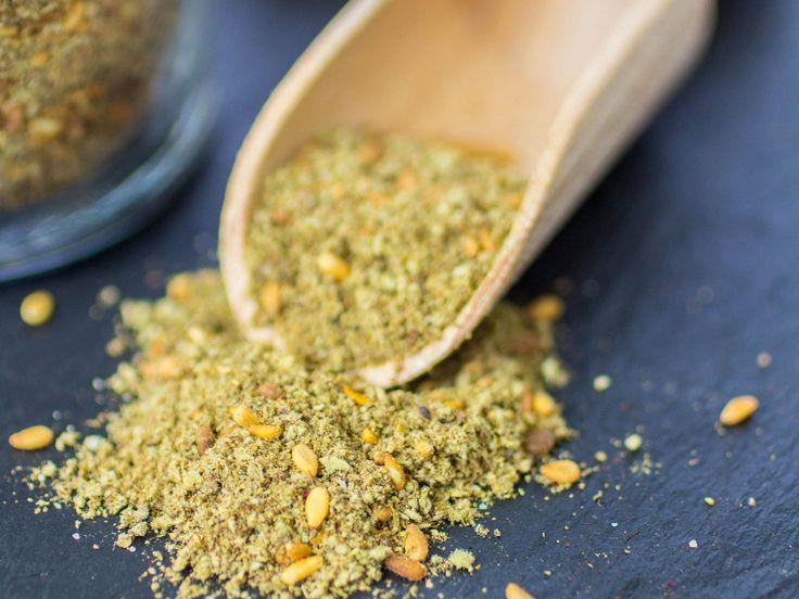 Il a le vent en poupe, le zaatar. Ce mélange d'épices originaire du Moyen-Orient s'invite dans nos cuisines et sublime nos recettes de sa belle note citronnée....