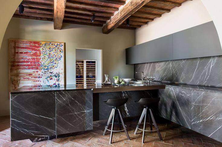 La cuisine ouverte et aménagée dans un coin de la salle à manger au mur vivant