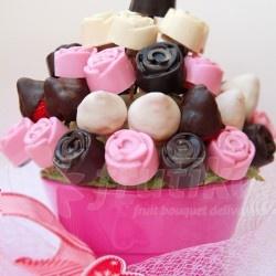 """Pošlete květinu Pro Tebe představující dokonalé spojení růží a čokolády v jedlé kytici z čerstvého ovoce. Taková """"pošta pro Tebe"""" zaručeně potěší všechny milovníky lahodného ovoce a kvalitní čokolády. Květina z ovoce je vyrobena z jahod a kousků banánů namočených do bílé, hořké a růžové čokolády ve tvarů květů růže. Tento dárek Pro Tebe můžete objednat online s dopravou zdarma a potěšit tak Vaše nejdražší."""