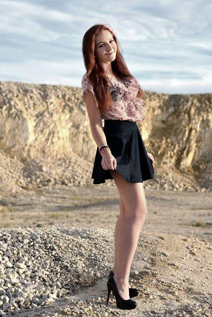 Leyraa Blog: 3.10.2015 Granatowa spódnica, Czarne szpilki, Bluz...