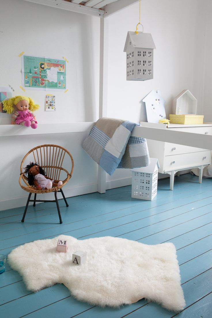 Een houten vloer dekkend schilderen: een hemelsblauwe make-over | colora blog