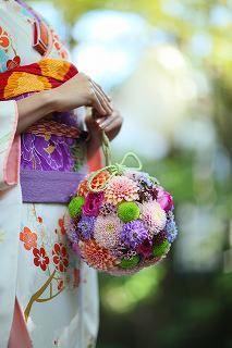 京都の和の結婚式 彩溢れる和風ブーケを手に、京都の庭園で写真撮影。