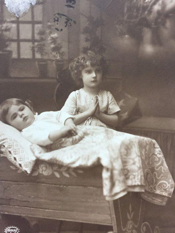 Kerst droom * gebed op eerste kerstdag * Baby cot en young girl * kind slaapkamer decor * antieke fotograferen op 1913 Franse briefkaart