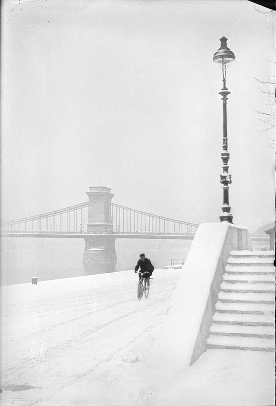 KOZÁK LAJOS    Duna-part, lépcső, a felső rakpart a havas úton kerékpáros 1930