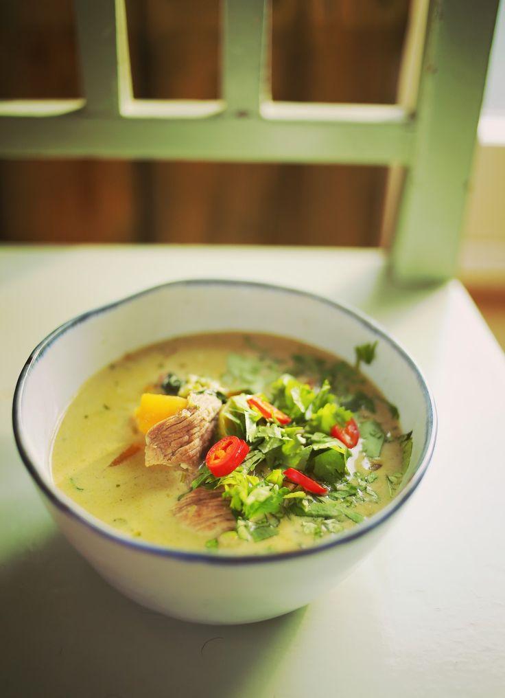 Akár azt is mondhatnánk, hogy ez a thai gulyás leves, annyira nem is erőltetett az associáció, hiszen egy igazán cuccos, fűszeres, húsos levesről van szó. Tartalmaz pár egzotikusabb hozzávalót, amit ha nem is a sarki éjjelnappaliban, de egy jobban felszerelt szupermarketben…