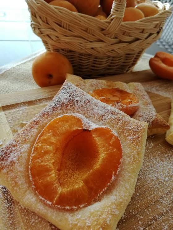 Sfogliatina con albicocca dolce e frutta connubio perfetto. su #titaly