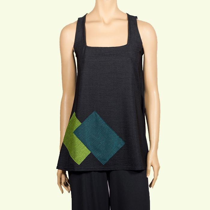 Casaca negra de escote cuadrado con aplicaciones de colores. #Favorecedor #Chic #instintobarcelona