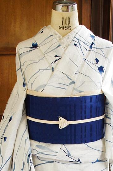 清々しい白の地に、澄んだ青の濃淡も美しく、霧に霞む樹木の枝葉のような詩情豊かなモチーフが染め出された変わり織りの浴衣です。