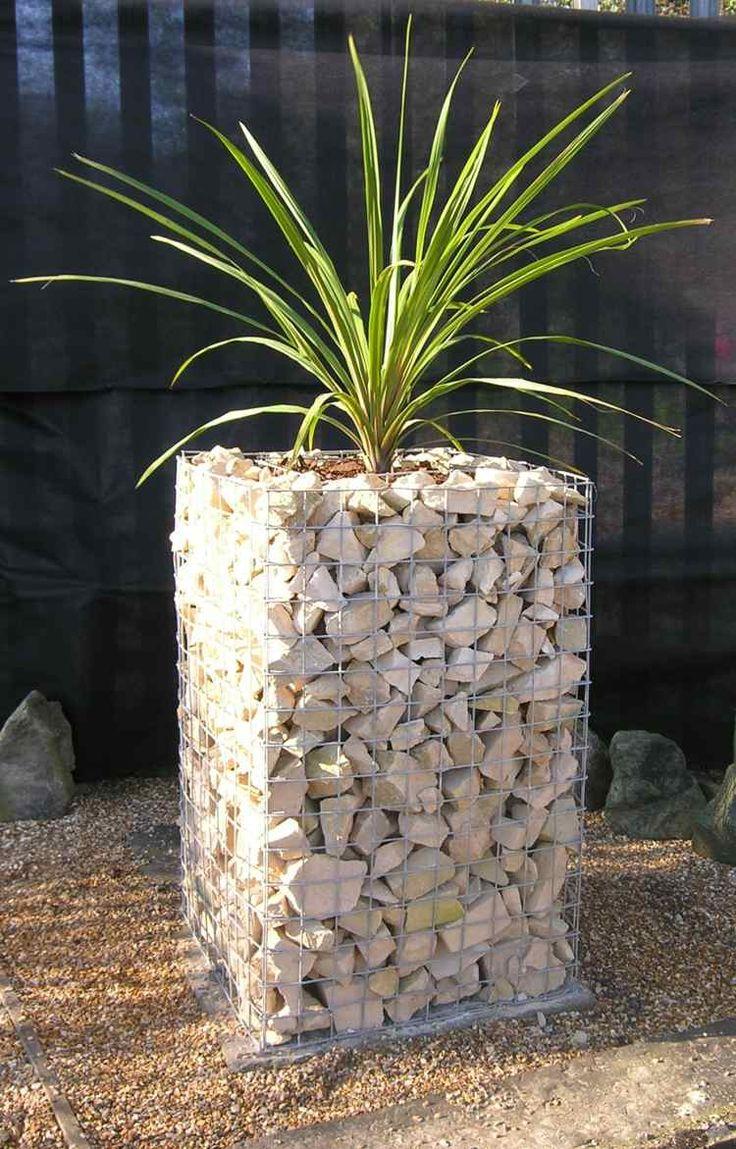 jardinière haute en gabion rempli de pierre concassée blanche