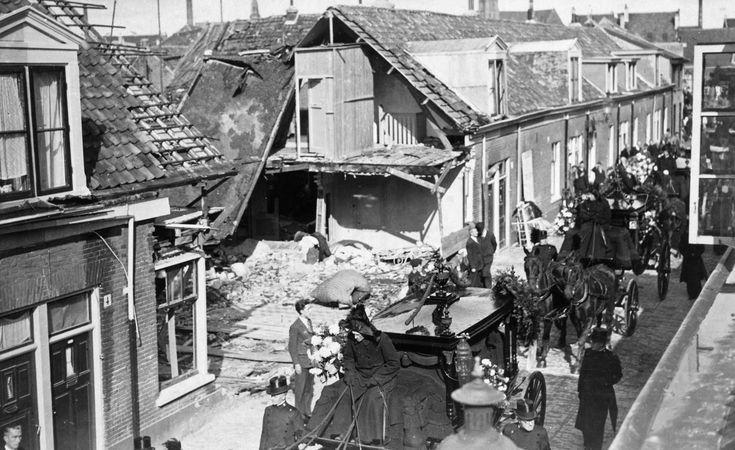 Bommen op het Rozenprieel | Groeten uit de Roos haarlem De begrafenisstoet met de lichamen van het gezin Michel trekt door de Voortingstraat, 1940.